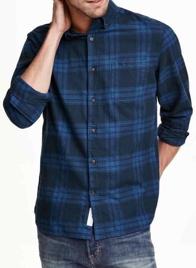 Повседневная хлопковая рубашка из интернет-магазина H&M - вид на модели