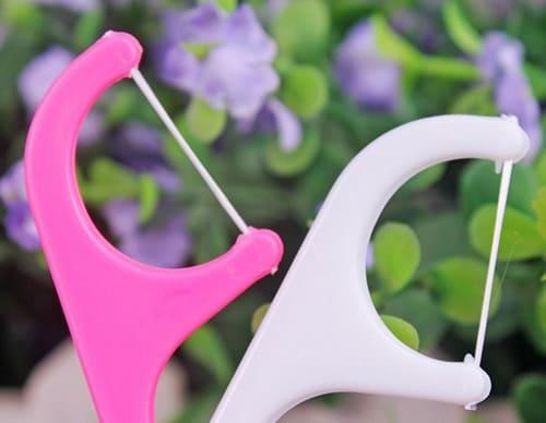 Удобная зубная нить с пластиковой ручкой