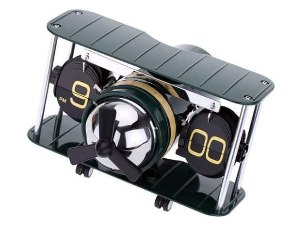 Настольные часы в форме самолёта с перекидными цифрами