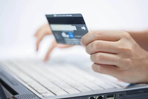 Как оплачивать покупки в интернете с помощью банковской карты?