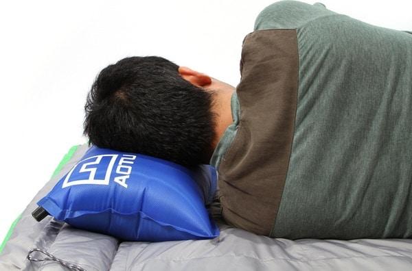 Самонадувная подушка для походов